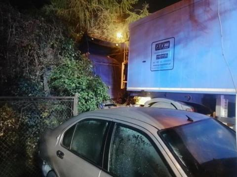 Na ul. Węgierskiej samochód zderzył się z tirem. Kobieta zabrana do szpitala
