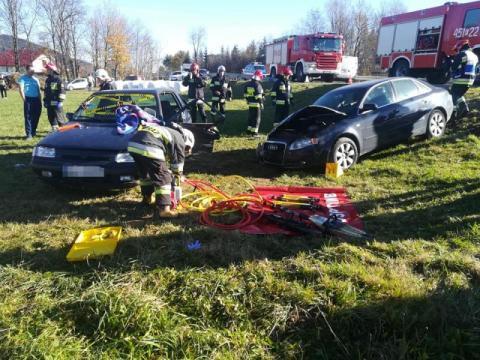 Podłopień: strażacy musieli rozcinać auto. W środku znajdowała się ranna kobieta