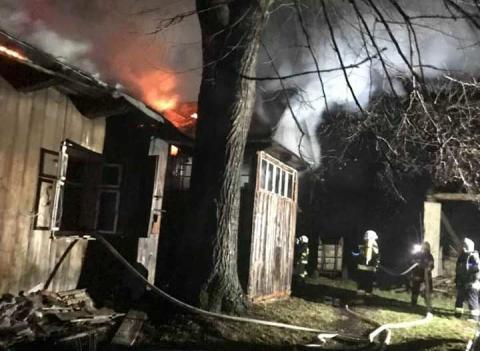 Pożar w Kobylance: strażacy wynieśli mężczyznę z płonącego domu