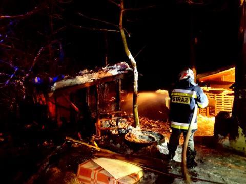 Sąsiedzi śniegiem gasili płonącą szopę. Schorowany właściciel trafił do szpitala