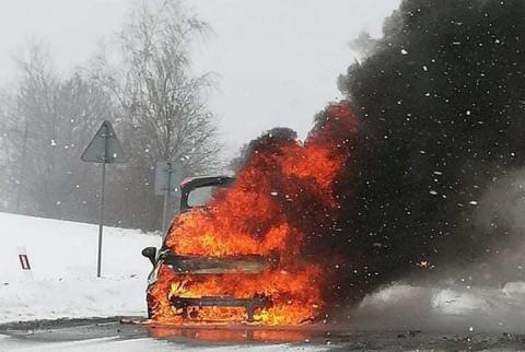 Pożar na drodze krajowej. Z samochodu został jedynie wrak