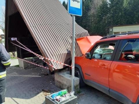 O krok od tragedii w Kosarzyskach. Samochód uderzył w przystanek autobusowy