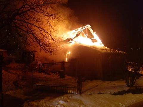 W Nowym Sączu spłonął budynek gospodarczy. Strażacy cztery godziny gasili pożar