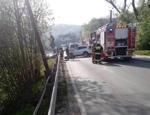 Czołowe zderzenie w Limanowej. Cztery osoby, w tym dziecko, trafiły do szpitala
