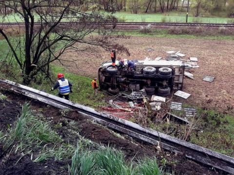 Ciężarówka wypadła z drogi i stoczyła się po stromej skarpie [ZDJĘCIA]