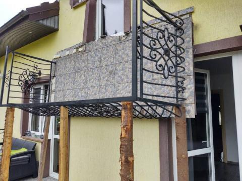 W Starej Wsi zerwał się balkon, na którym stali ludzie. Są ranni [ZDJĘCIA]