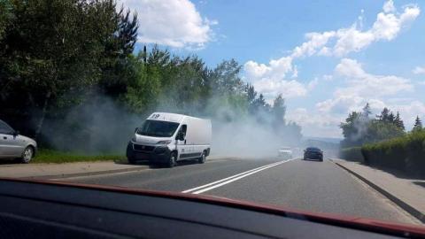 Samochód dymił na drodze