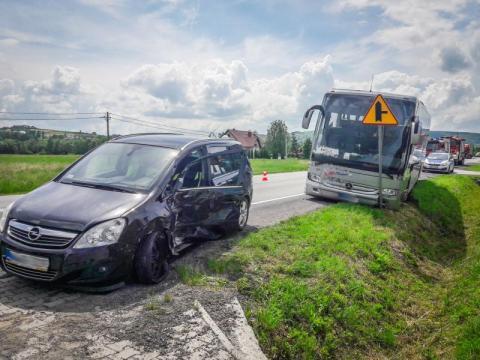 Kraksa na drodze krajowej w Łososinie Dolnej. Samochód zderzył się z autobusem
