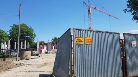 Wielki plac budowy na osiedlu Helena. Co się kryje za blaszanym płotem