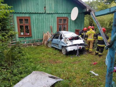 Groźny wypadek w Roztoce Wielkiej. Samochód nadaje się na złom
