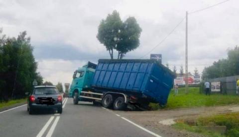 Ciężarówka zawiesiła się na mostku. Na drodze krajowej były utrudnienia