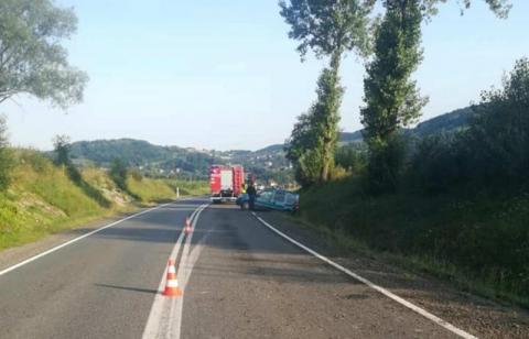 Groźny wypadek na drodze krajowej. Dachował samochód z trzema osobami w środku