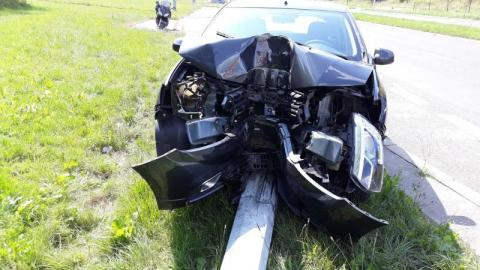 Wypadek na Alejach Piłsudskiego. Auto uderzyło w słup, kierowca nieprzytomny
