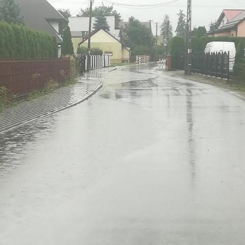 Deszcz pada, w Chełmcu ludzi krew zalewa. Rok minął, a nic się nie zmieniło