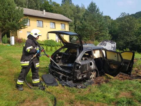 Z samochodu został jedynie wrak. Co się stało w Łękach?