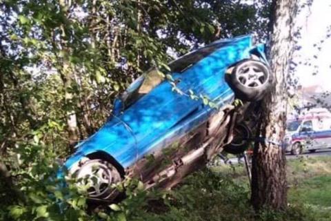 Z ostatniej chwili: wypadek w Janowicach. Samochód zatrzymał się na drzewie