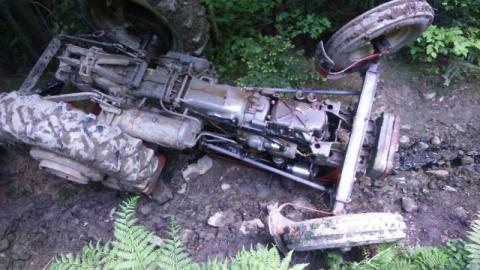 Wypadek podczas prac w lesie. Po ciężko rannego traktorzystę przyleciał LPR