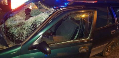 Tafla lodu spadła na samochód. Jedna osoba trafiła do szpitala
