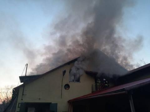 W Janczowej palił się budynek gospodarczy. Z żywiołem walczyło 59 strażaków