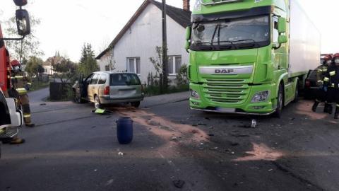 Poranny wypadek w Chełmcu. Zderzyły się samochody osobowe i ciężarówka [ZDJĘCIA]