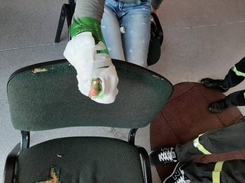 Wbiła drzazgę w palec i nie mogła ściągnąć obrączki. Pomagali medycy i strażacy