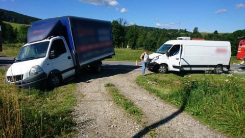 """Łabowa: zderzyły się dwa """"dostawczaki"""", polał się olej a droga była zablokowana"""