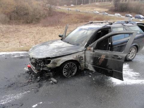 Płonie auto! Trzeba gasić, tylko jak? Wszyscy niby wiedzą… [FILM]