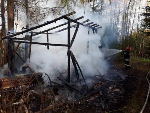 Strażacy przez prawie dwie godziny gasili pożar. Wszystko spłonęło doszczętnie