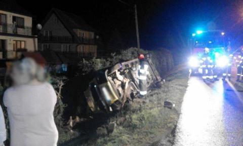 Auto wypadło z drogi. Życie kierowcy uratowały ozdobne drzewka