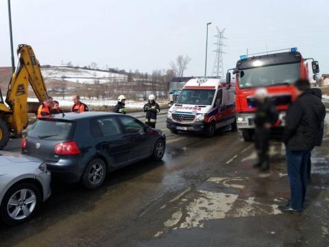 Kolizyjne domino na ul. Węgierskiej. Ranny kierowca trafił do szpitala