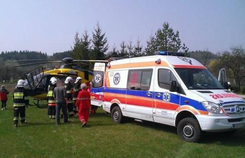 Motocyklista zderzył się z samochodem. Na miejsce wypadku wezwano śmigłowiec