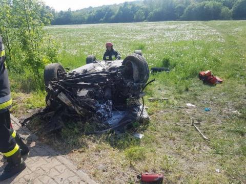 Wypadek w Łososinie. Kierowca zakleszczony w aucie. Jego stan jest ciężki