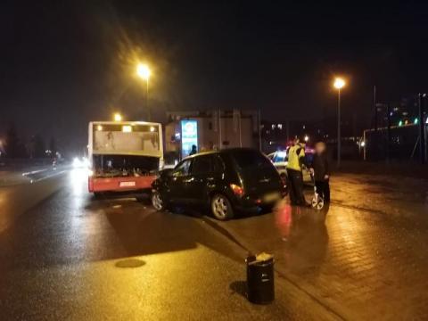 Z ostatniej chwili: kraksa na ul. Nadbrzeżnej. Samochód uderzył w autobus
