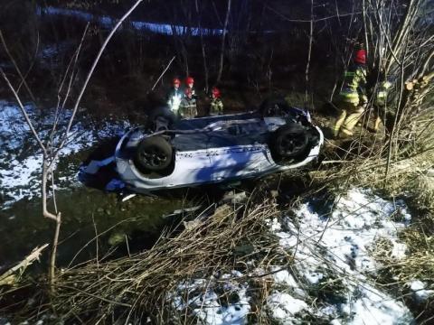 Tragedia wisiała na włosku. Samochód wpadł do potoku