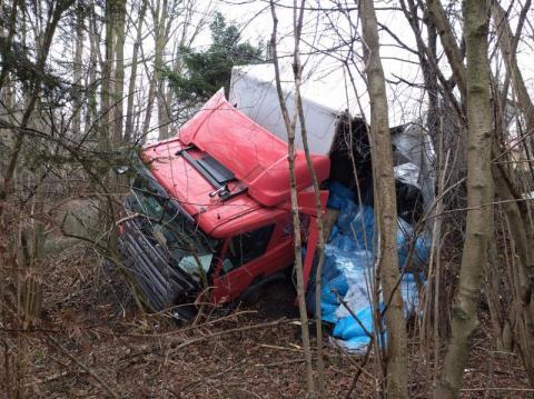 Wypadek w Szymbarku. Ciężarówka omal nie wpadła do rzeki [ZDJĘCIA]