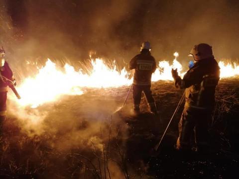 Płoną trawy na Sądecczyźnie. Strażacy jeżdżą od pożaru do pożaru