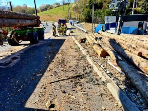 Samochód ciężarowy uderzył w transformator. Drewno wypadło z przyczepy na drogę