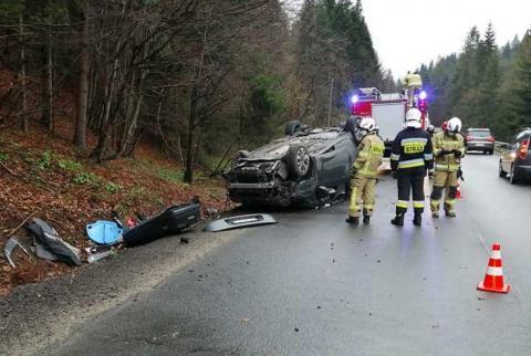 Groźny wypadek w Szczawie. Samochodem jechały cztery osoby, w tym dzieci