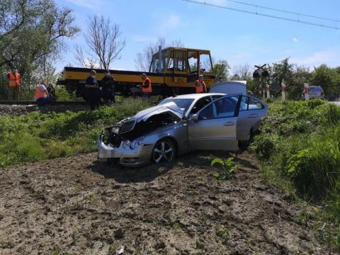 Groźny wypadek na przejeździe kolejowym w Szalowej. Drezyna uderzyła w auto