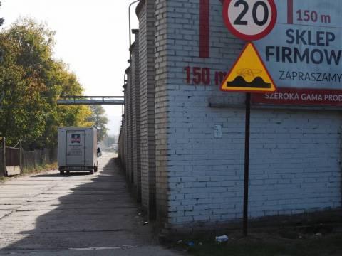 dziurawa droga przynosiła wstyd położonemu przy nim Konspolowi