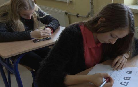 uczennica pisząca test