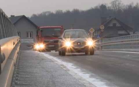 samochody przejeżdżające przez most