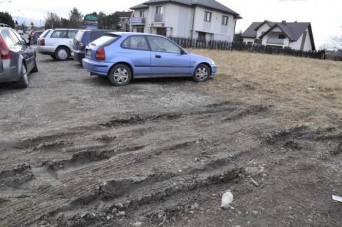 """Nowy Sącz/Błoto prawdę powie: i bez """"świętych krów"""" jest dramat z parkowaniem [ZDJĘCIA]"""