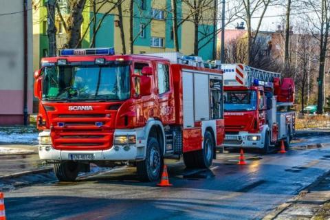 Omal nie spaliła całego bloku. Przez nią cztery osoby trafiły do szpitala