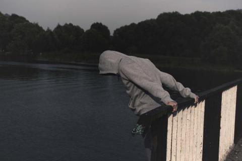 Po pijaku próbował skończyć ze swoim życiem. Skoczył z mostu do rzeki