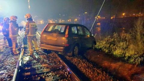Omal nie doszło do tragedii w Muszynie. Samochód utknął na torach kolejowych