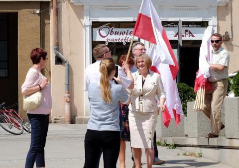 W Gorlicach poseł Barbara Bartuś rozdawała flagi biało-czerwone