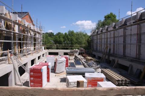 Plac budowy zaczyna przypominać basen. Kiedy będzie można wskoczyć do wody?