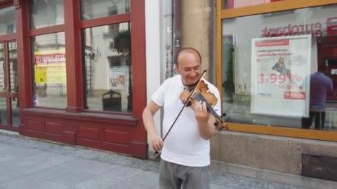 skrzypek na deptaku w Nowym Sączu