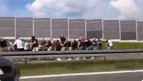 Bójka pseudo kibiców zablokowała ruch na autostradzie A4